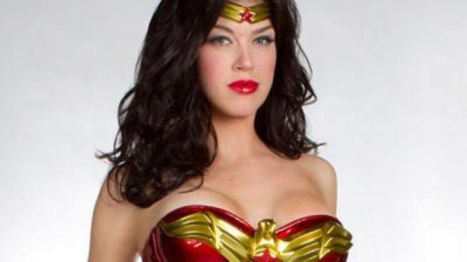 Adrianne Palicki dalam kostum Wonder Woman