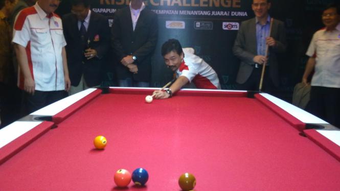 Andi Mallarangeng melakukan break pertama di Guinness World Series of Pool