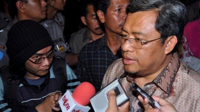 Ahmad Heryawan saat mengunjungi korban Bom Mapolresta Cirebon