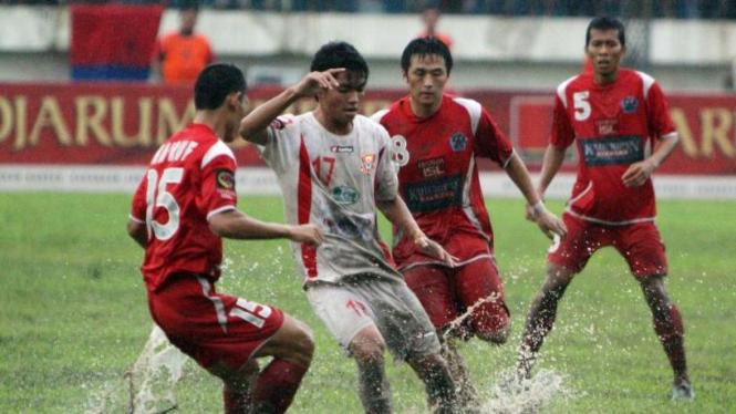 Feriansyah Masyud (Pelita Jaya/17) dikawal sejumlah pemain Deltras