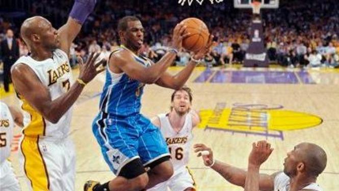 Chris Paul (Hornets/biru) melewati Kobe Bryant, Pau Gasol dan Lamar Odom