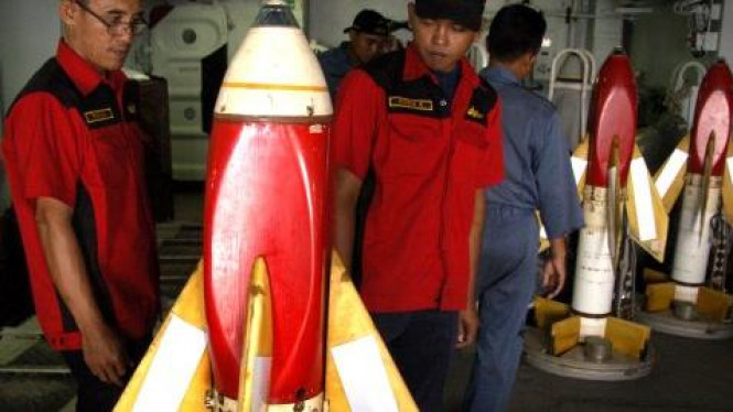 Anggota TNI AL memeriksa Rudal Sea Cat