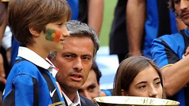 Jose Mourinho & anaknya Jose Jr (kiri) serta Matilde Jr