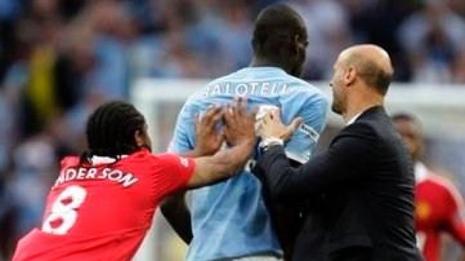 Mario Balotelli (biru) terlibat keributan dengan pemain MU