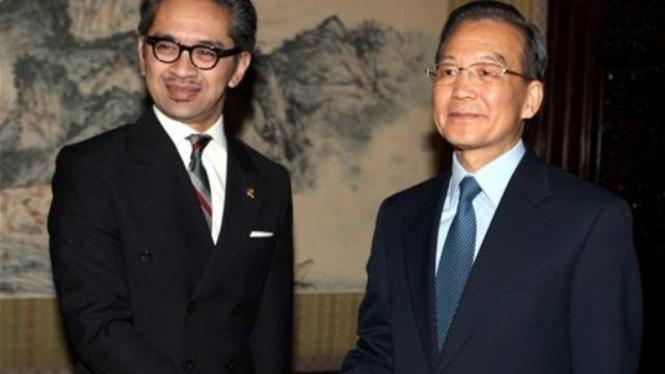 Menlu Marty Natalegawa dan PM China, Wen Jiabao, di Beijing 19 April 2011