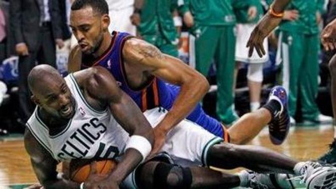 Kevin Garnett (Celtics/Putih) mengamankan bola dari pemain Knicks Jared Jeffries