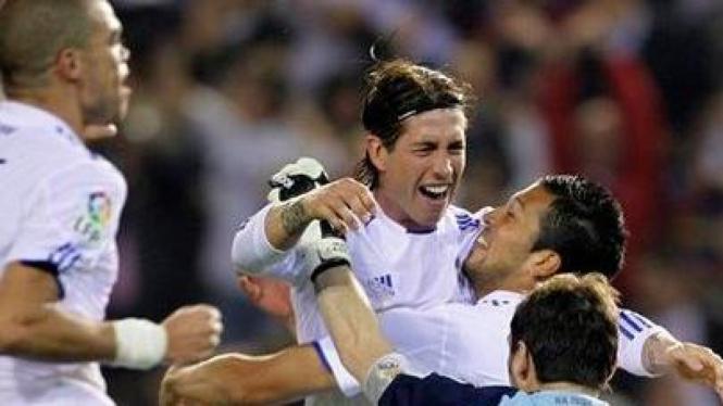 Pepe (kiri), dan Sergio Ramos (tengah)
