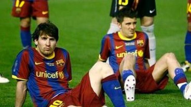 Lionel Messi (kiri) dan David Villa usai final Copa del Rey