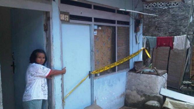 Rumah terduga pelaku bom buku digerebek (Sandy Alam Mahaputra | VIVAnews)