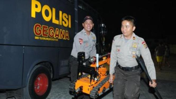 Ilustrasi/Personel gegana bawa robot penjinak bom