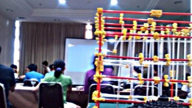 Model replika Candi Borobudur dengan latar para peserta ICYS