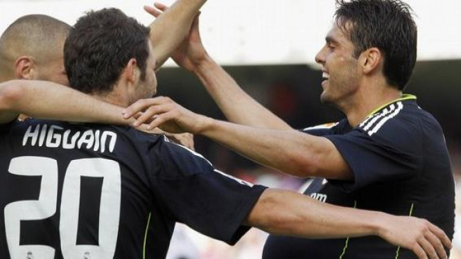 Ricardo Kaka (kanan) merayakan gol ke gawang Valencia