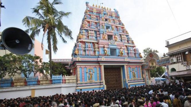 Puluhan ribu pelayat memadati halaman kuil Sai Baba di kota Puttaparthi.