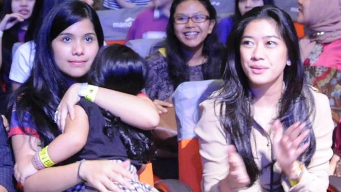 Aliya Rajasa (kanan) menonton konser Justin Bieber