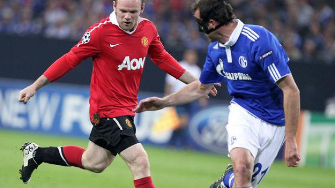 Wayne Rooney dihadang pemain Schalke