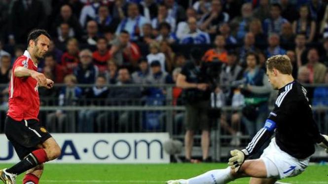 Ryan Giggs mencetak gol ke gawang Schalke 04
