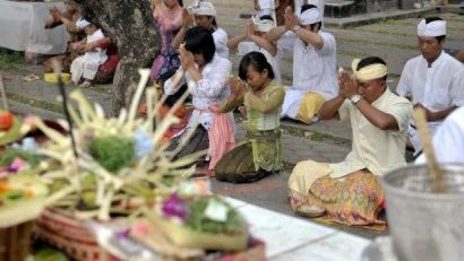 Umat Hindu sembahyang Hari Pagerwesi di Pura Jagatnatha, Denpasar, Bali