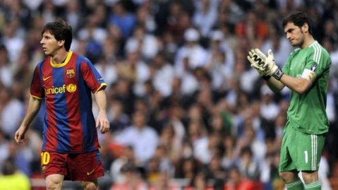 Lionel Messi (kiri) dan Iker Casillas (kanan)
