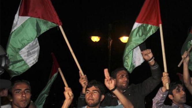 Warga Palestina merayakan rekonsiliasi Hamas dan Fatah.