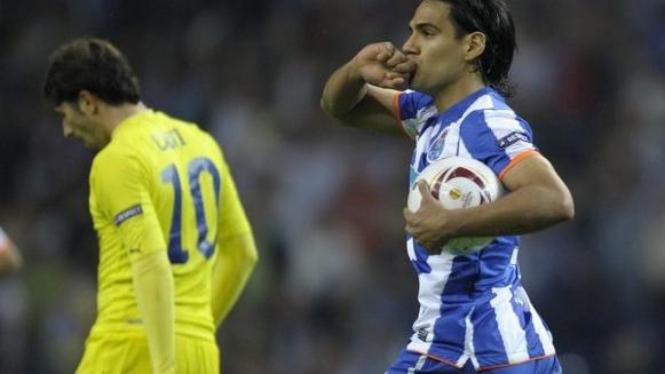Radamel Falcao (Porto/kanan) merayakan golnya