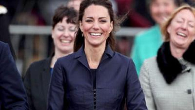 Kate Middleton mengenakan busana warna biru