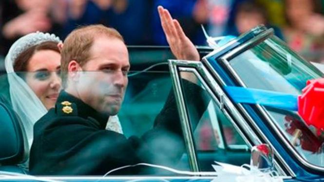 Pangeran William berkendara dengan istrinya, Kate Middleton