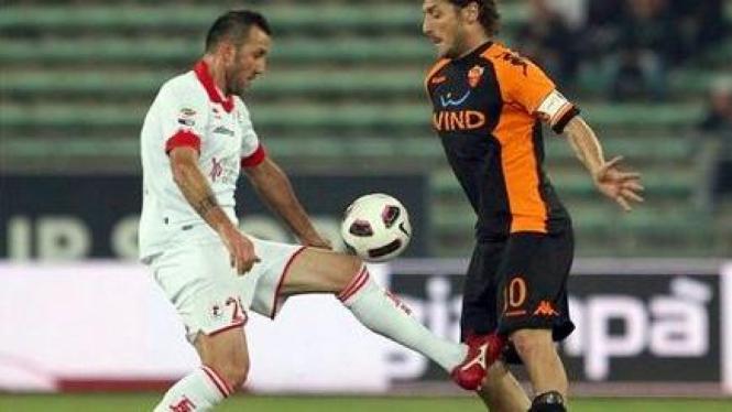 Francesco Totti (AS Roma/kanan) saat melawan Bari