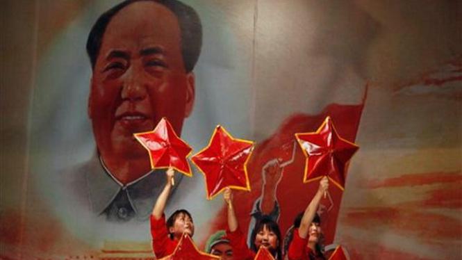 Pertunjukan teater di Beijing, China, dengan latar bergambar Mao Zedong