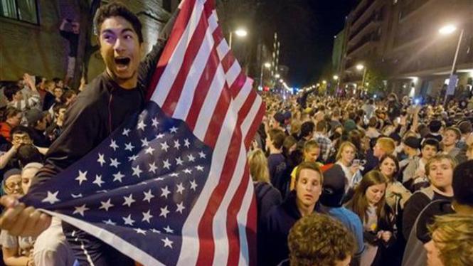 Mahasiswa Amerika Serikat merayakan kabar tewasnya Osama bin Laden