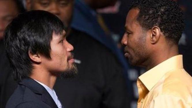Manny Pacquiao (kiri) dan Shane Mosley
