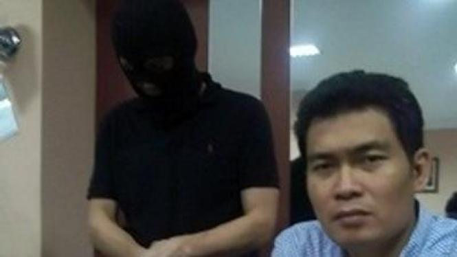 Jung Gyoung Tae (pakai sebo) ditangkap polisi Surabaya