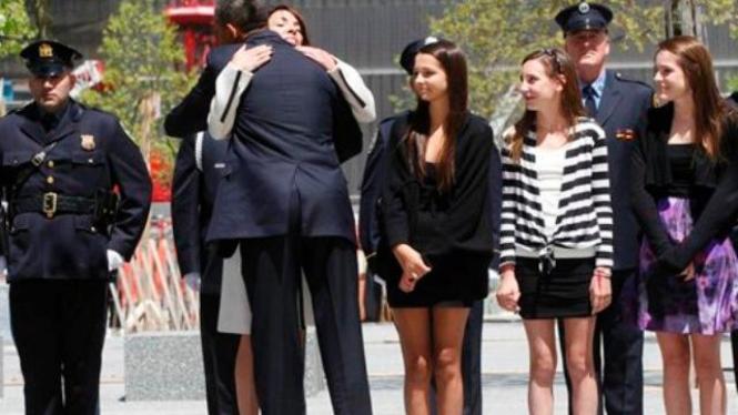 Barack Obama memeluk janda korban serangan teroris 9/11 di New York