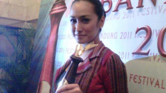 Alexandra Gottardo terima piala Festival Film Bandung