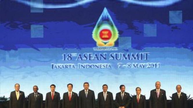 Para pemimpin ASEAN di pertemuan KTT ASEAN ke 18.