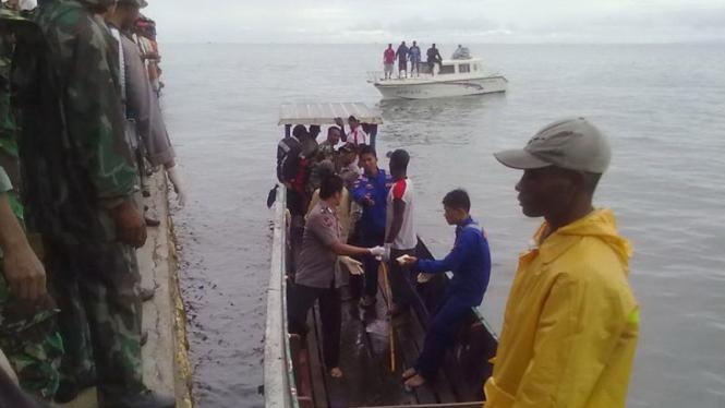 Aparat Kepolisian mengevakuasi korban jatuhnya pesawat Merpati MA-60