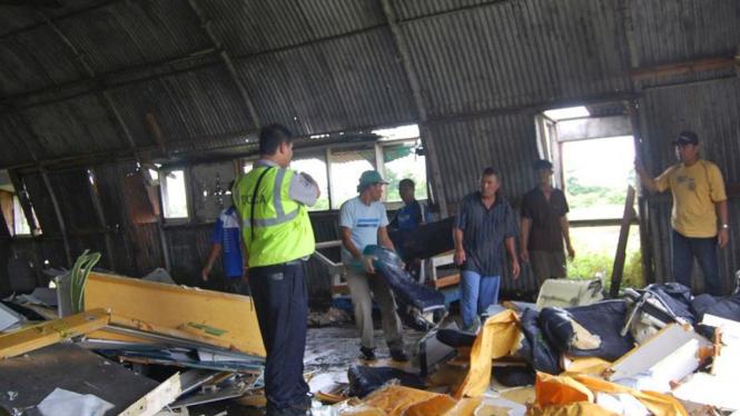 Serpihan pesawat Merpati MA 60 yang jatuh ke laut di Kaimana, Papua Barat.