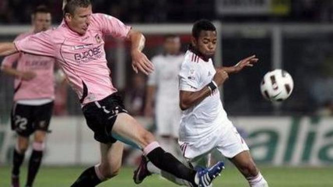 Robinho (AC Milan/putih) berusaha melewati Dorin Goian