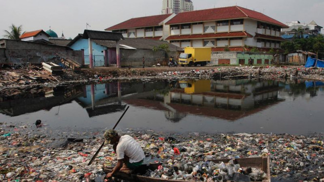 Tumpukan Sampah Waduk pluit