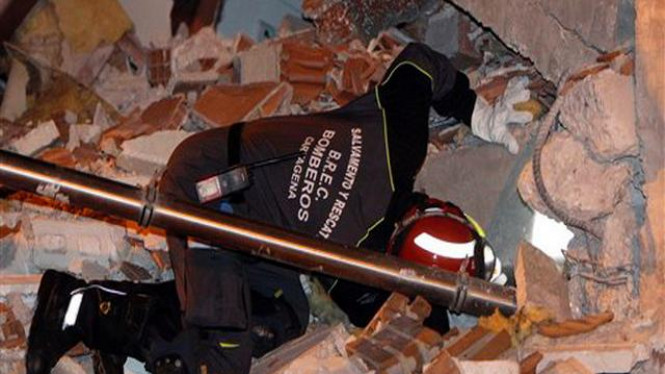 Petugas penyelamat mencari korban gempa bumi di Lorca, Spanyol