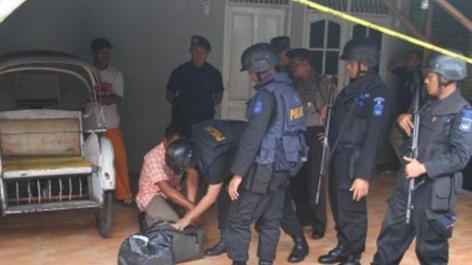 Polisi periksa rumah tersangka teroris di Sukoharjo, 14 Mei 2011