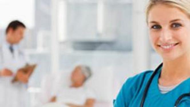 Dokter periksa pasien di ruang perawatan
