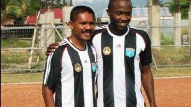 Eduard Ivakdalam (kiri) dan Ernest Jeremiah