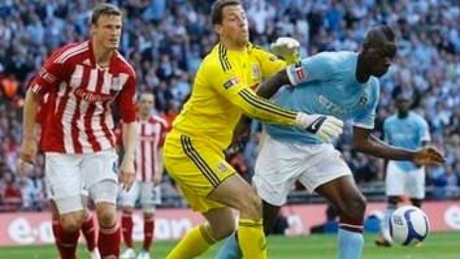 Striker Man City Mario Balotelli dan Kiper Stoke Thomas Sorensen