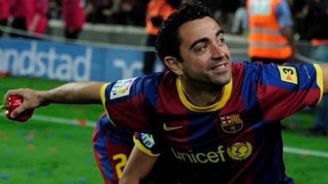 Xavi Hernandez melempar paprika ke arah fans Barca