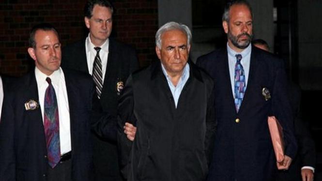 Dominique Strauss-Kahn (rambut putih) ditahan polisi AS,  Minggu 15 Mei 2011