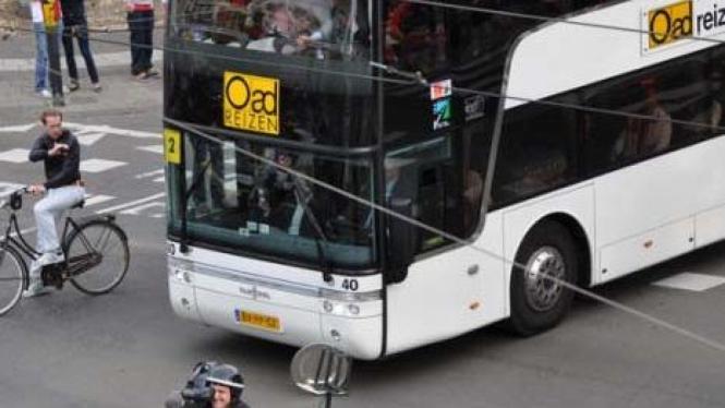 Piringan trofi Eredivisie menggelinding di depan bus