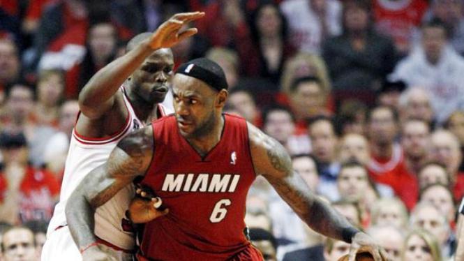 LeBron James (Heat/kanan) dihadang Luol Deng (Bulls)