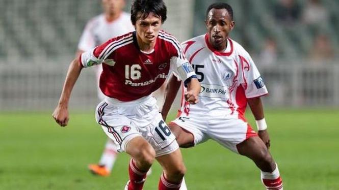 Pemain PS Polri, Gerald Pangkali (kanan)