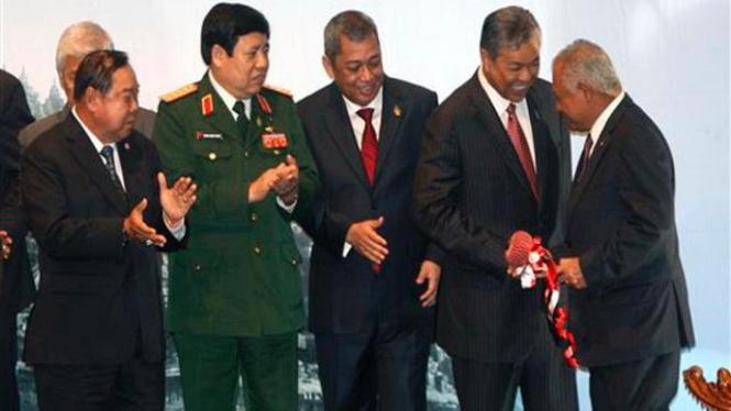 Menhan Purnomo Yusgiantoro (kanan) bersama para koleganya se-ASEAN
