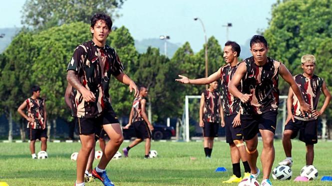 Irfan Bachdim (kiri depan) bersama pemain timnas SEA Games di Batujajar